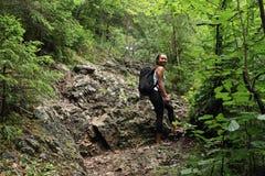 Turista sul percorso della roccia nel paradiso slovacco Fotografia Stock