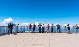 Turista sul punto di vista della montagna di Zugspitze Immagine Stock
