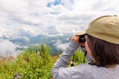Turista sul punto di vista di Doi Pha Tang fotografia stock