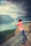 Turista sul punto di vista di Stegastein, Norvegia Immagini Stock Libere da Diritti