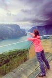 Turista sul punto di vista di Stegastein, Norvegia Fotografie Stock