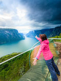 Turista sul punto di vista di Stegastein, Norvegia Fotografie Stock Libere da Diritti