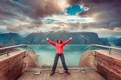 Turista sul punto di vista di Stegastein, Norvegia Immagine Stock