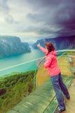 Turista sul punto di vista di Stegastein, Norvegia Fotografia Stock