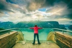 Turista sul punto di vista di Stegastein, Norvegia Immagine Stock Libera da Diritti