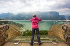 Turista sul punto di vista di Stegastein, Norvegia Fotografia Stock Libera da Diritti
