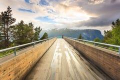 Turista sul punto di vista di Stegastein, Norvegia Immagini Stock