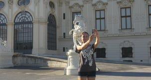 Turista sul viaggio che prende le immagini del selfie dal belvedere a Vienna archivi video