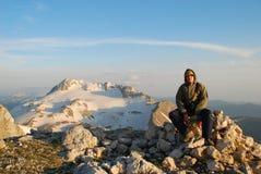 Turista sulla montagna di punta Immagine Stock