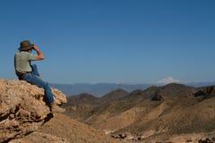 Turista sulla parte superiore della montagna Fotografie Stock Libere da Diritti
