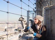 Turista sulla piattaforma di osservazione di Notre Dame Fotografie Stock