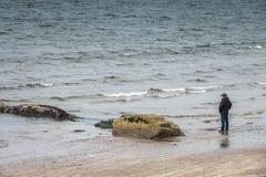 Turista sulla spiaggia della baia di Ballingskelligs Fotografia Stock Libera da Diritti