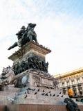 Turista sulla statua di Vittorio Emanuele II nella sera fotografie stock