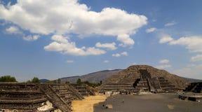Turista sulle piramidi di Teotihuacan, Messico Immagini Stock