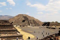 Turista sulle piramidi di Teotihuacan, Messico Immagine Stock