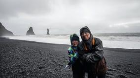Turista superior dos pares de Islândia na praia preta Imagem de Stock Royalty Free