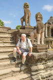 Turista superior no complexo de Angkor Wat fotografia de stock