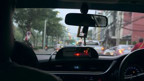 Turista in taxi, vista dal sedile del passeggero POV Bangkok, Tailandia - 7 novembre 2017 4K stock footage