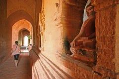 Turista in tempio di Bagan fotografie stock libere da diritti