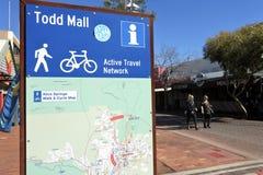 Turista in Todd Mall la via principale di Alice Spring Northern Territory dell'Australia fotografie stock