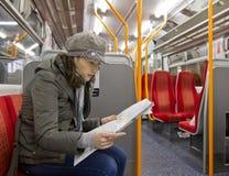 Turista in treno Immagini Stock