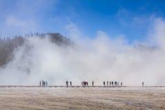 Turista in una nebbia nel parco nazionale di Yellowstone Fotografia Stock