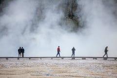Turista in una nebbia nel parco nazionale di Yellowstone Fotografie Stock