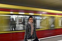 Turista in una stazione ferroviaria Fotografia Stock
