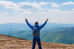 Turista, uomo e successo in montagne, armi alzate Fotografia Stock