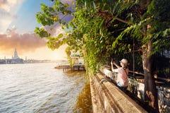 Turista vicino a Wat Arun immagine stock libera da diritti