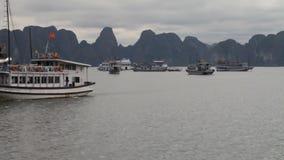 Turista Vietnam La bah?a asombrosa de la ha de largo es una herencia de la UNESCO almacen de metraje de vídeo