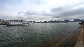 Turista Vietnam La baia stupefacente dell'ha di lunghezza è un'eredità dell'Unesco stock footage