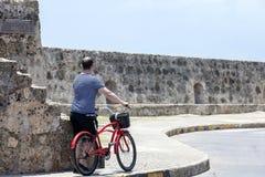 Turista y Bycicle en Cartagena de Indias Fotografía de archivo libre de regalías