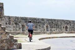 Turista y Bycicle en Cartagena de Indias Imágenes de archivo libres de regalías