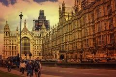 Turista y coches delante de las casas de Westminster del parlamento en la puesta del sol imagenes de archivo