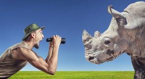 Turista y rinoceronte Imágenes de archivo libres de regalías