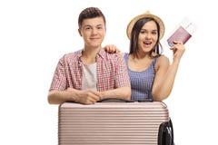 Turistas adolescentes con una maleta y un pasaporte Imágenes de archivo libres de regalías