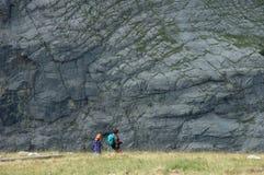 Turistas (adulto y niño) Grindelwald próximo en Suiza Foto de archivo