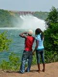 Turistas africanos en la presa de Akosombo de Ghana Fotografía de archivo