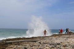Turistas al lado de la sopladura en Gran Caimán Fotos de archivo