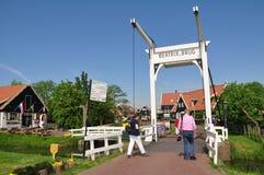 Turistas al pueblo de Marken sobre el puente levadizo, Países Bajos Fotografía de archivo