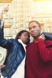 turistas alegres del hombre y de la mujer que se fotografían en el teléfono de célula para la imagen social de la red foto de archivo