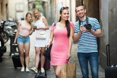 Turistas alegres jovenes de la familia que fotografían en ciudad fotos de archivo