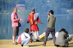 Turistas alrededor de un encantador de serpiente en Nepal Fotografía de archivo libre de regalías