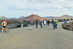 Turistas ao lado da costa rochosa de Los Hervideros Fotografia de Stock