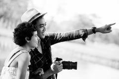 Turistas asiáticos felices de los pares en naturaleza foto de archivo
