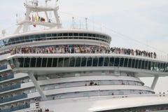 Turistas a bordo del trazador de líneas de la travesía fotos de archivo