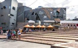 Turistas, café, cuadrado de la federación de edificios, Melbourne Imagen de archivo