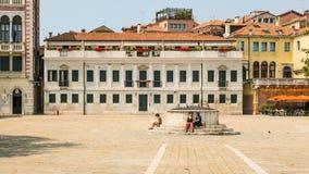 Turistas cansados en Venecia durante tiempo de verano caliente Imagen de archivo