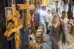 Turistas caucasianos que andam no mercado da cidade velha do Jerusalém no Temple Mount imagens de stock